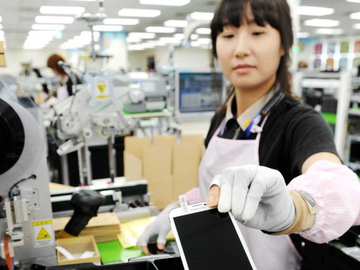 samsung-gumi-factory-worker-with-galaxy-s5-1.jpg